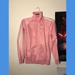 Rosa adidas zip, barnstorlek men passar en som har XS-S i vanliga fall! Köparen betalar frakt på 70kr 💖
