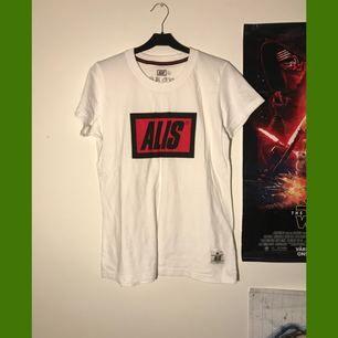 Alis T-shirt köpt i Christiania. Köparen betalar frakt på 50kr