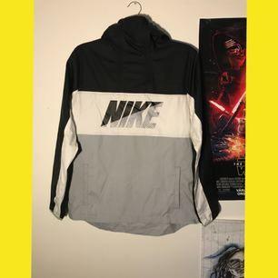 Windbreaker från Nike. Köparen betalar frakt på 70kr