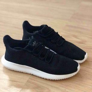 Nästan helt nya adidas tubular skor, väldigt sparsamt och sällan använda. Strl är 40 & 2/3 men passar perfekt till mig som har strl 40.