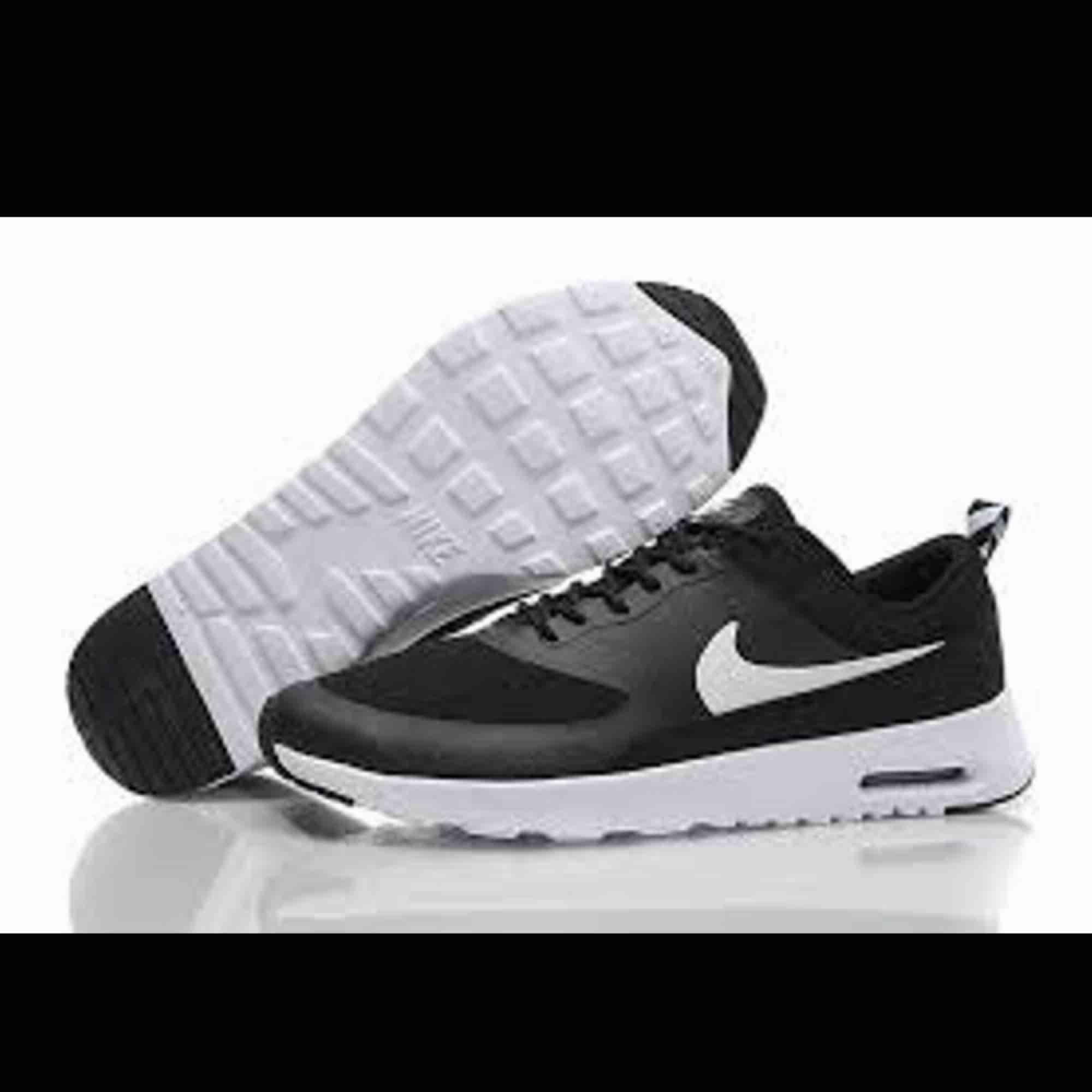 Nike thea air finns i nyskick. Frakt tillkommer. Skor.