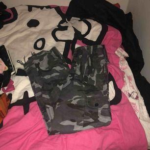 Blå camo cargo pants, sitter exakt likadant som min andra annons på mina vit/svarta camo pants. Möts i sthlm elr frakt! 💕