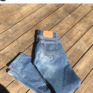 Perfekta vintage levis jeansen, straight fit sitter skit snyggt, dålig vinkel på bilden tho. W27 L32, mkt bra skick, möts i sthlm elr frakt 💕 (bilder tagna från min gamla plick)
