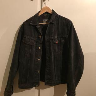 Mörkgrå jeansjacka från LEE i fint skick. Använd ett fåtal gånger. Storlek M. Fri frakt