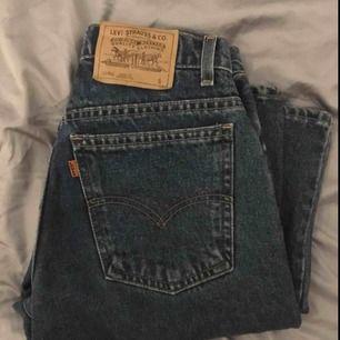 """Ett par """"mom jeans"""" från Levis köpta på second hand. Köpta för 400kr. Säljer pga av att de är för små! Priset går att förhandla, köparen står för frakt!"""