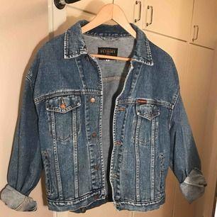 Fin och retro jeansjacka i oversized-modell. Snyggt till allt! Frakt tillkommer.
