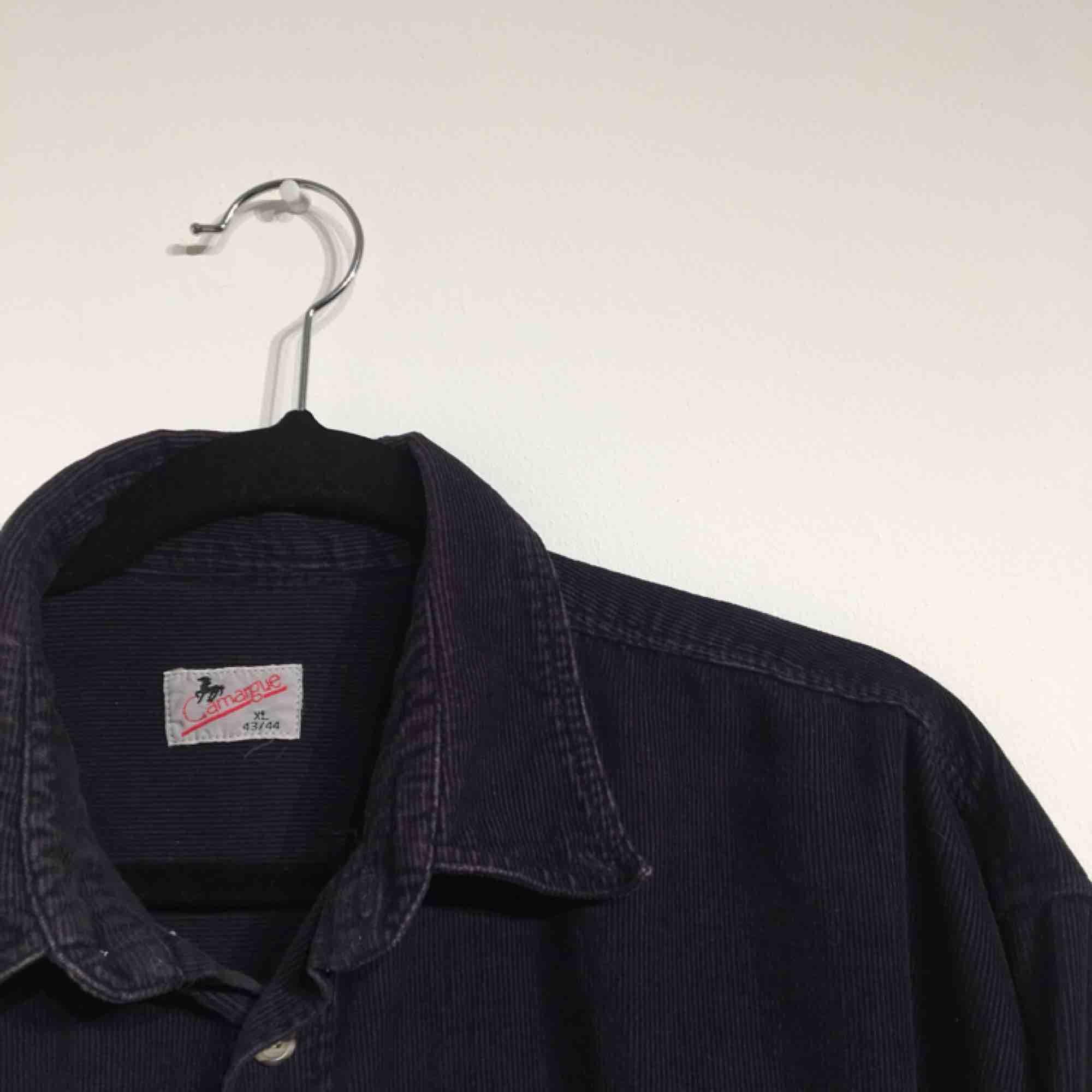 En mörkblå Manchester skjorta. Med frakt 250kr. Skjortor.