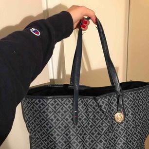 Tommy Hilfiger-väska i snygg färg och mönster. Banden är en lite slitna men annars är väskan i fint skick! Säljer även samma modell fast i vit.