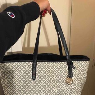 Snygg Tommy Hilfiger-väska. Använd 2 gånger. Säljes även i blå färg.