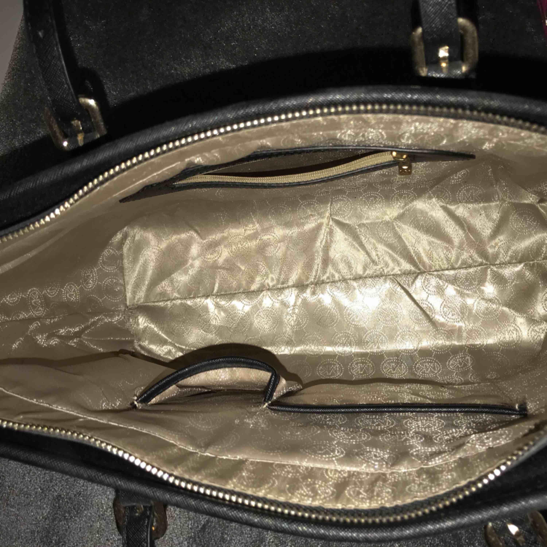 Säljer en svart Michael kors replika väska. Inte använd så mycket. Som ny förutom några trådar som gått upp på handtaget. Bra kvalite och den står upp utan att någon håller i. Köparen står för frakt. . Väskor.