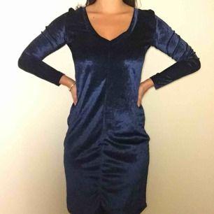 Mörkblå sammetsklänning från &OtherStories. V-ringad och med långa ärmar. I mjukt fint material och jättebra skick!