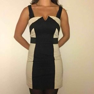 Svart och beige fodralklänning i coolt mönster och med två axelband på vardera sida. Från H&M, i storlek 36.