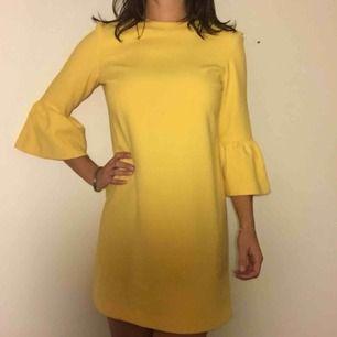 Härlig gul klänning med volangärmar! I storlek S från Zara. Den har några små, knappt synbara, fläckar som framgår av sista bilden.