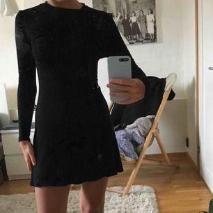 Långärmad little black dress från NLY Trend. Figursydd och sitter fint. Kan möta upp i Göteborg eller frakta💖