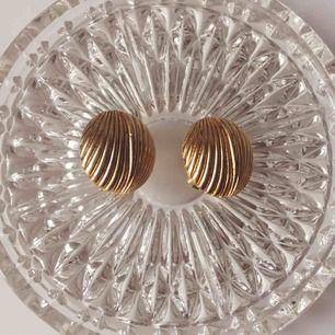✨🥐 VINTAGE CLIPSÖRHÄNGEN 🥐✨ Örhängen köpta Vintage, oanvänt skick. Mått: diameter 2,2cm. Köparen betalar frakten på + 9kr.