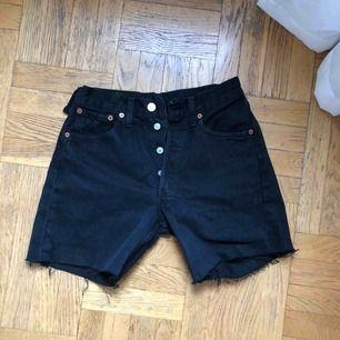 Riktigt snygga svarta Levis jeansshorts. Lite längre i benen. Köparen betalar frakt