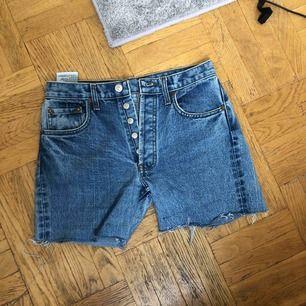 Levis 501 jeansshorts. Lite ljusare i färgen än vad bilderna visar. Köparen betalar frakt