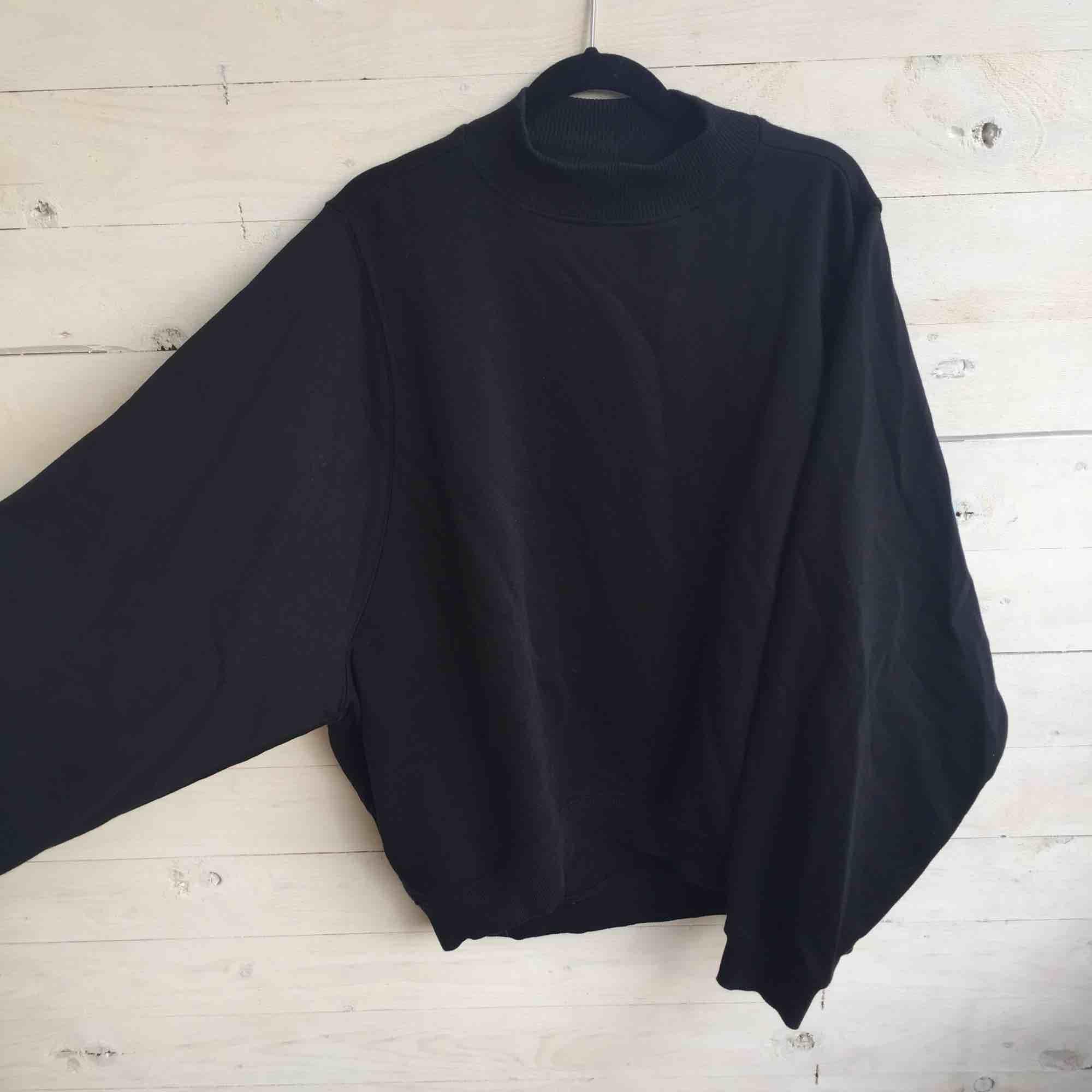 Sweatshirt med hög krage från Monki i bombermodell. Nyskick. Finns i Solna men kan mötas i Stockholm City. . Huvtröjor & Träningströjor.