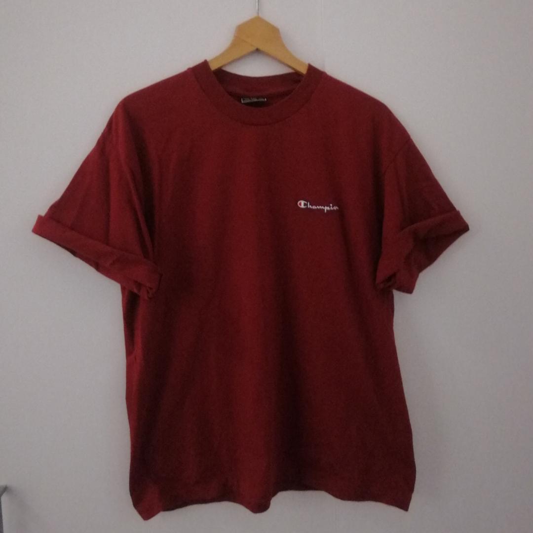Vinröd Champion t-shirt i stl L, snygg att ha oversize om man har mindre storlek också. Färgen på bild 2 stämmer bäst överens. Frakt 39 kr. . T-shirts.