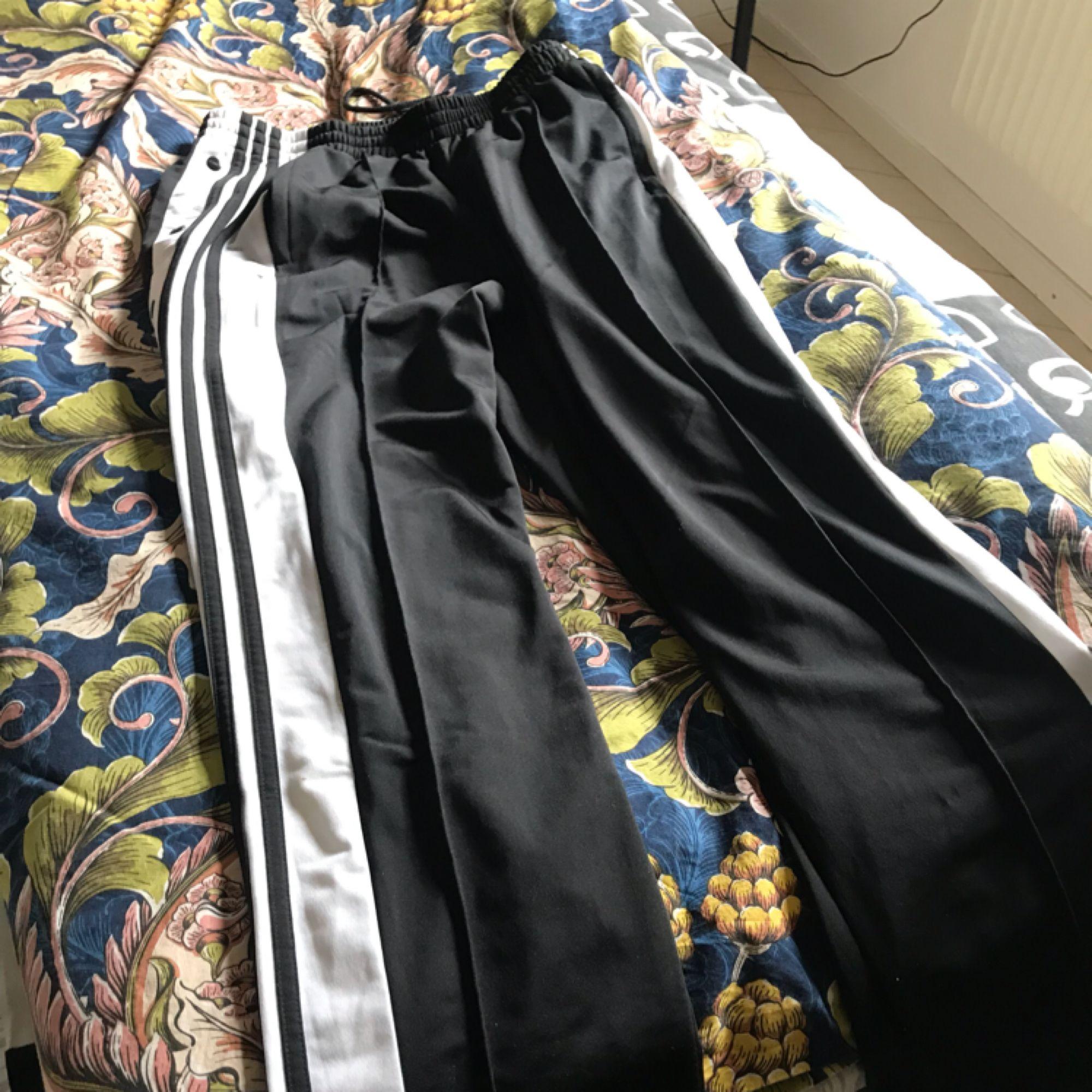 Ett par knappt använda adibreak adidas byxor, säljer pga att tycker inte dom passar mig.💞 frakt står köparen för! Originalpris 700. Jeans & Byxor.