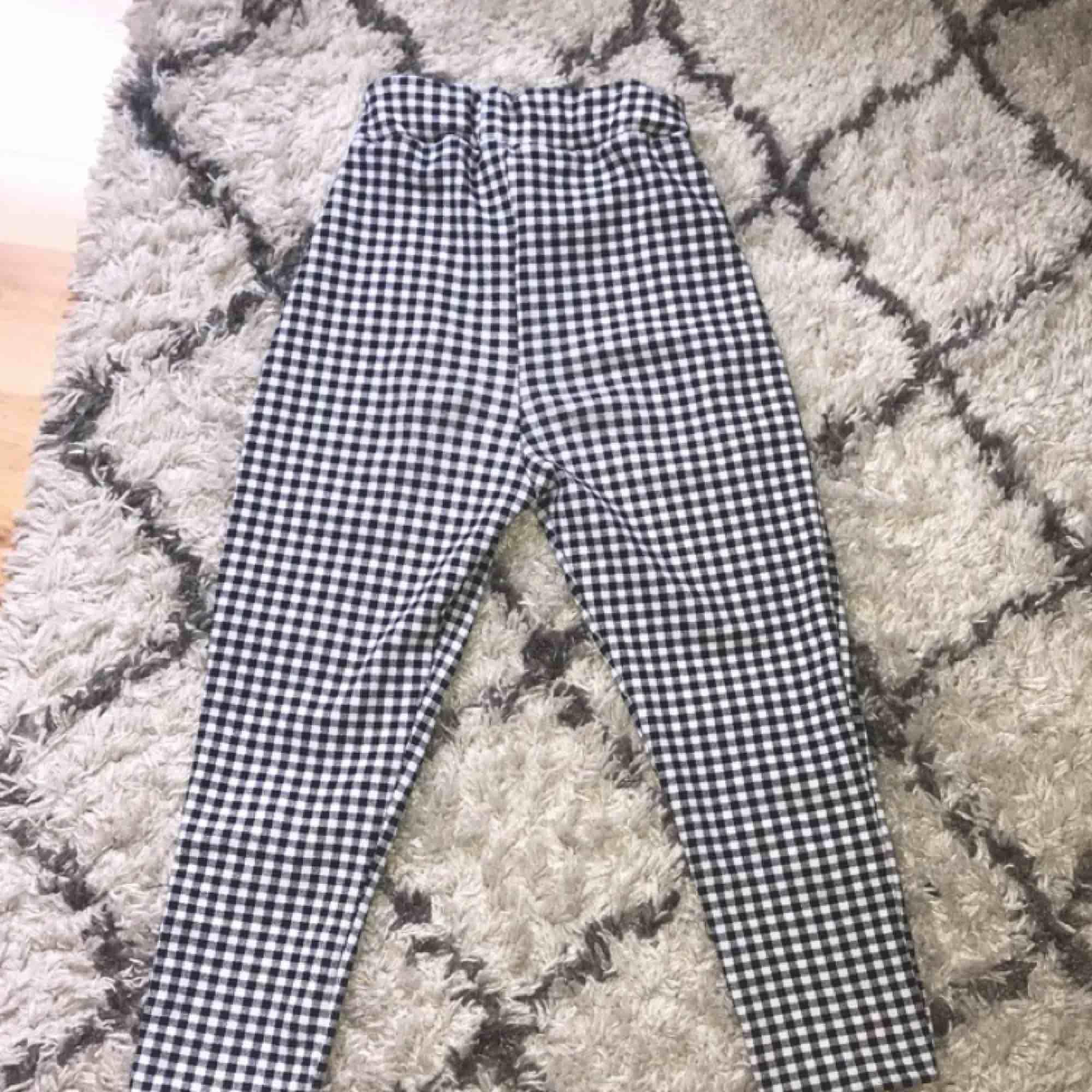 Säljer ett par skitsnygga rutiga vintage byxor!🏁 köpta här på plick och säljer pga att dom är för korta för mig. (jag är ca 1.75) Frakt ingår, jag tar swish♥️♣️. Jeans & Byxor.