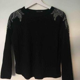 Svart 3-kvarts ärmad tröja från Zara med pärlbroderier på axlarna. Har aldrig kommit till användning, därav i gott skick. Frakt tillkommer på 15kr