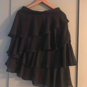 Ny skedskuren kjol med volanger. Slutar vid knäna på mig som är 165cm. Snygg till hösten mes höga stövlar. Men passade aldrig mig tyvärr 😑 frakt 35kr