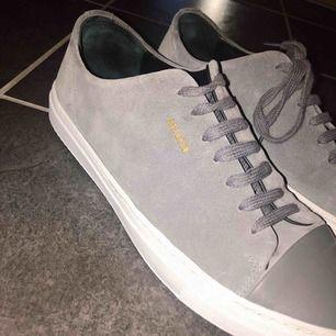 As snygga Alex Arigato skor i stl 43, säljer åt min brorsa pga att dom tyvärr inte riktigt passade. Knappt använda så väldigt fint skick som ni ser på bilderna!! Köptes för 1500 👟💯