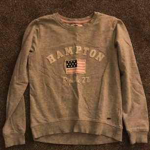 Grå Hampton Republic sweatshirt. Mycket bra skick men har dock blivit för liten. Passar XS