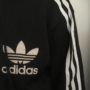 Adidas i XL, passar även en medium (som på bild) pris inkl frakt