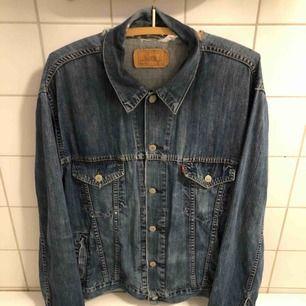 Snyggt sliten jeansjacka från Levis. Hämtas i Uppsala eller kan skickas not fraktkostnad