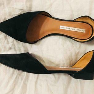 Flat sandals från & other stories i svart mocka. Köpt på tradera men tyvärr fel storlek för mig. Normalt begagnat skick, slitningar på undersulan som visas på sista bilden!  Nypris ca 700.  Möts upp i Stockholm eller postar (pris exklusive frakt)