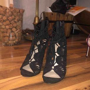 Klackar köpta i new york på aldo, aldrig använda! Hade chansat på att det är 11 cm klack.