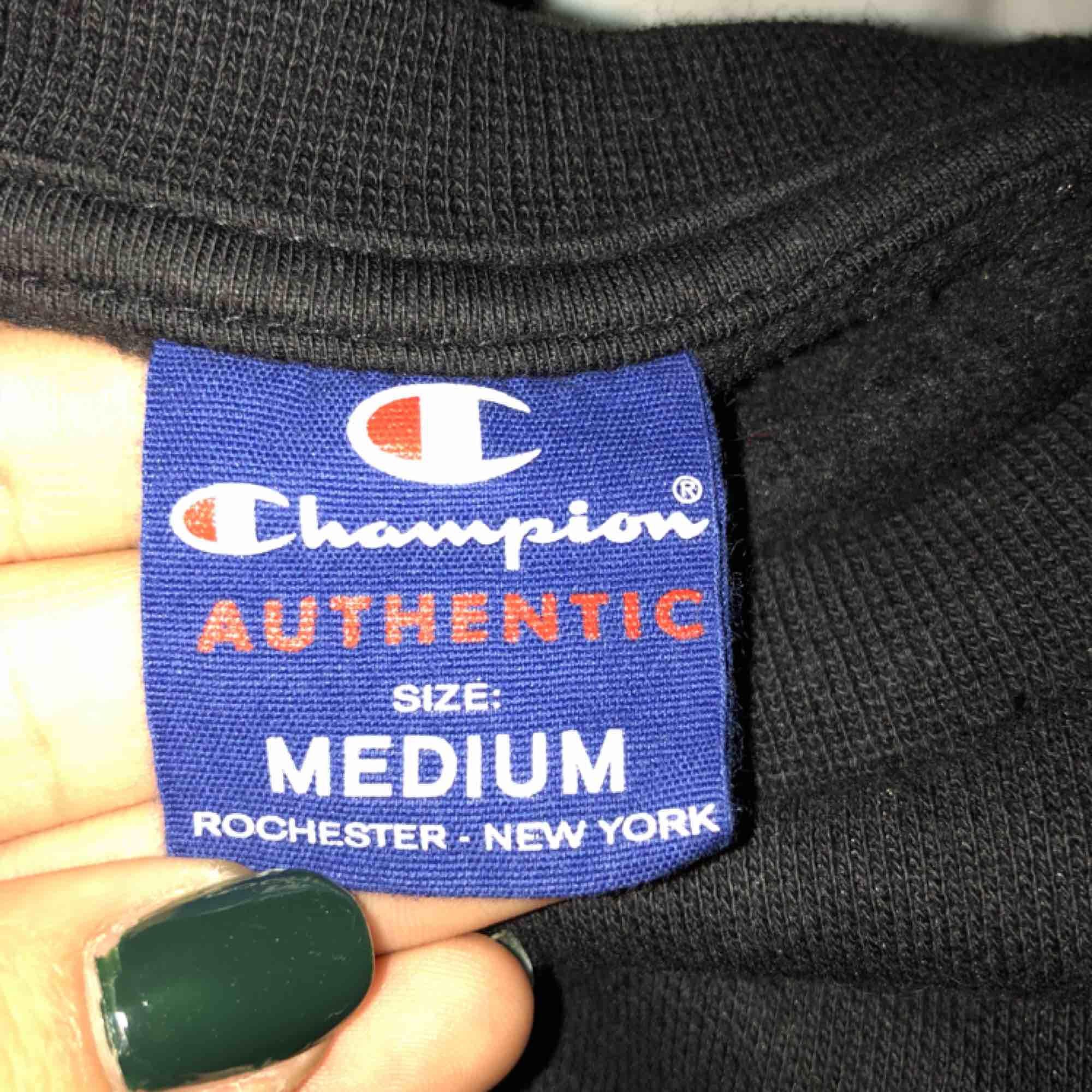(Budgivning pågår. Nuvarande bud: 320kr) En knappt använd tröja från champion. Köpt för 599kr för ett halvår sedan men kommer inte till användning. Det är en killmodell i storlek M så det sitter lite oversized. Möts upp eller så står köparen för frakt. . Huvtröjor & Träningströjor.