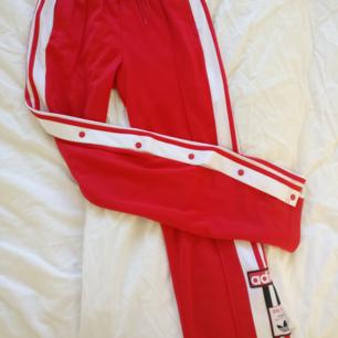 Adidas Adibreak  Klarröda strl S  I princip nyskick Köparen står för frakt Nypris 700 (?) Kr