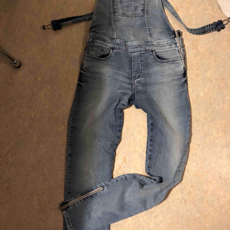 Byxdress från diesel , som ett par jeans, sitter jättebra. Ordinarie pris 2999  Hämtas i city Gbg, eller köpare betalar frakt . Jeans & Byxor.