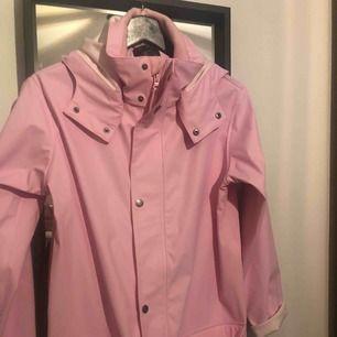 Jätte söt rosa regnjacka med luva, märket Hampton Republic  Storlek 164 men passar utmärkt en s/m  Aldrig använd