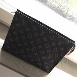 Nästan helt oanvänd kuvertväska från Louis Vuitton i modellen Toiletry pouch 26. Äkta självklart. Inköpt i Köpenhamn. Väldigt svår att få tag på! Fick själv specialbeställa från USA.