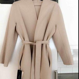 Säljer en nästintill helt oanvänd kappa från Max Mara. Tags och etikett kvar! Inköpt för 5700 kr. 100% Virgin Wool. Storlek 34, men passar likväl en 36-38a (rak omlottmodell)