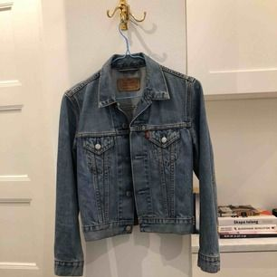 Vintage jeansjacka från Levi's jättefint skick. Nypris 900kr