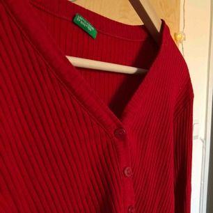 """En enkel röd tröja från """"United colors of benetton"""" kommer inte ihåg va jag la för den men ca 400 kr. Frakt ingår"""