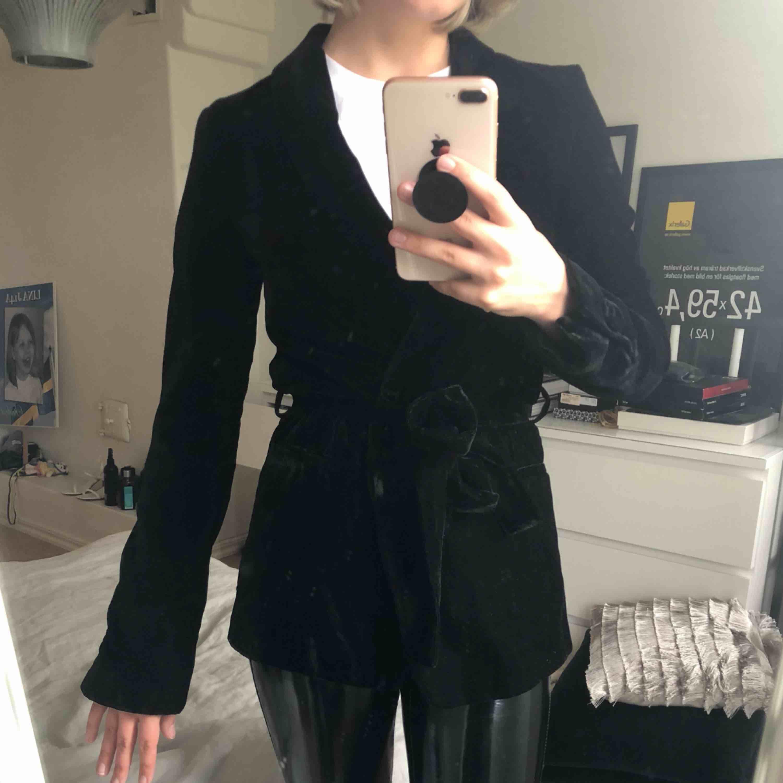 Velvet blazer från Zara. Vill du ha den fraktad får du stå för HELA frakten.. Kostymer.