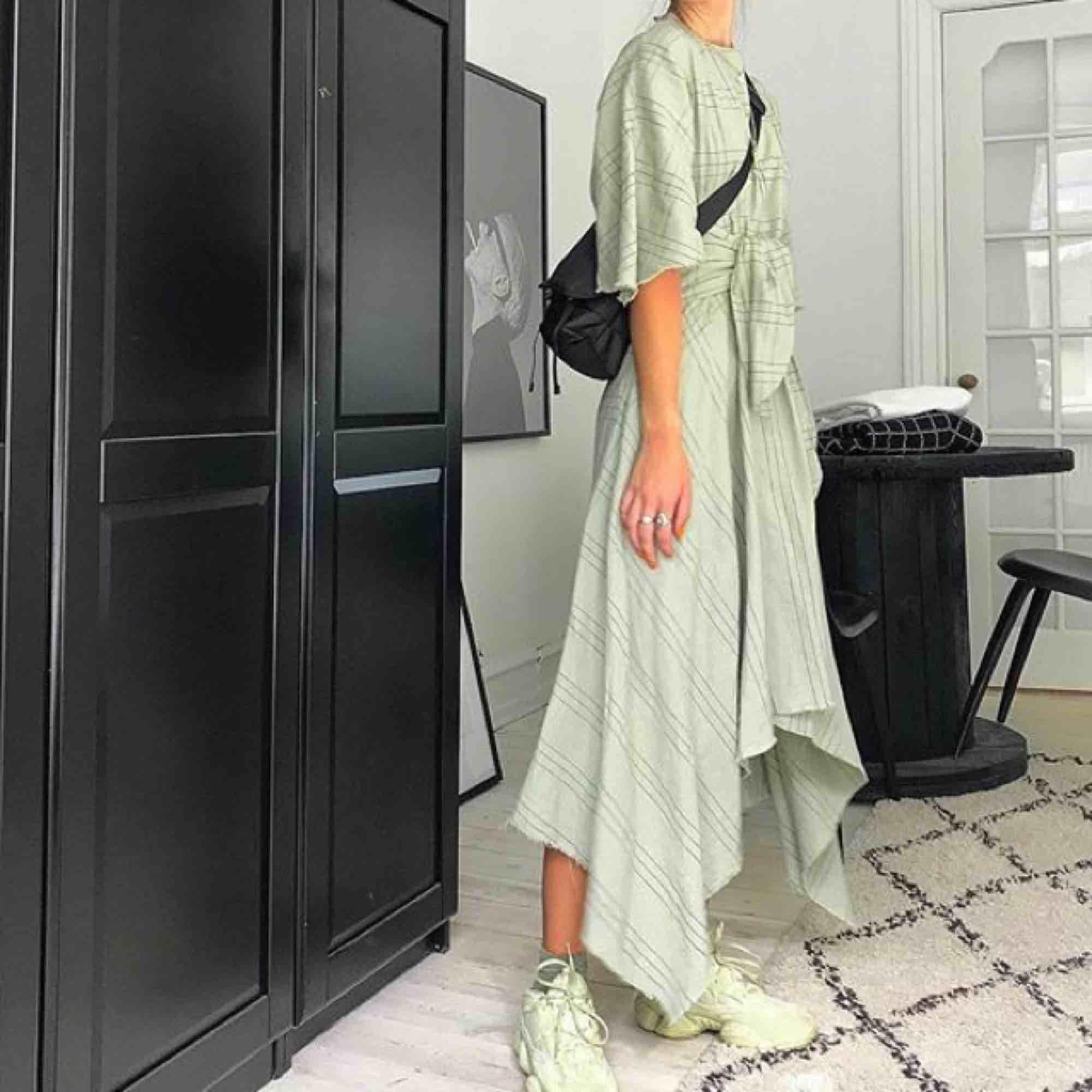Mintig klänning från Zara i linne med råa asymmetriska hemmar. Väldigt smickrande form som man kan knyta i midjan. Aldrig använd, endast provad. Taggar kvar!🍈🍸🥝. Klänningar.