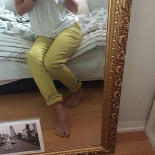 Senaps gula stretch byxor med hög midja.  Dragkedja i midjan. Snygga men tyvärr för stora för mig. Inköpta second hand men fint skick! Frakt tillkommer 🍁