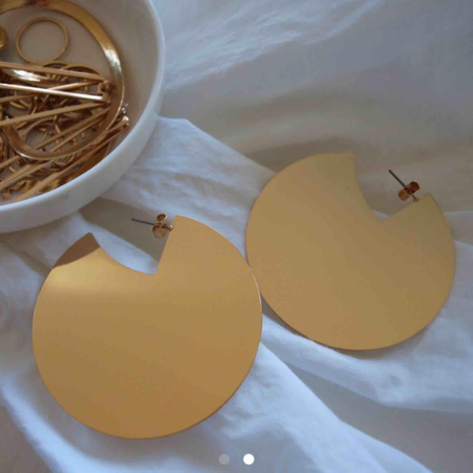 Stora guldiga örhängen. Cirka 7cm i diameter. Frakt tillkommer på 15kr!🌻⚡️. Accessoarer.