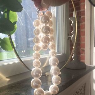 Vita pärlhalsband och -armband 🎀 som nya, knappt använda! 100 kr för båda två 🎀