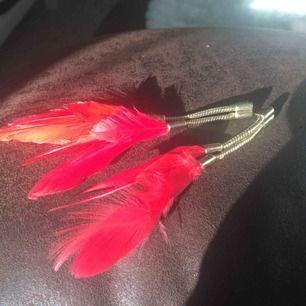 Röda fjädrar, ena saknar lås. Rena och fräscha! Fina fjädrar 🎈🎈🎈🎈