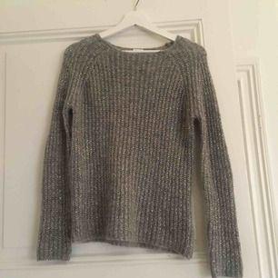 Fin grå glittrig tröja från Filippa K. Sparsamt använd, ull och polyamid  Frakt tillkommer