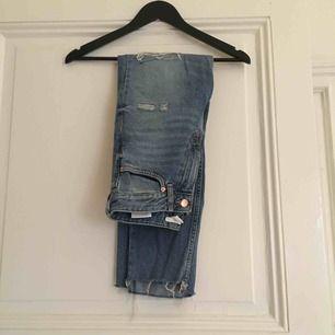 High waist jeans med slitningar vid knäna, avklippta nertill, ankellånga