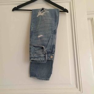 High waist Mom jeans med flera hål över benen